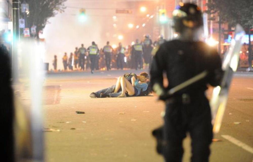 1200x768_couple-scott-jones-alex-thomas-semble-embrasser-bitume-vancouver-lors-emeutes-post-stanley-cup-15-juin-2011